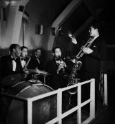 Club Le Ponton 2 à Montparnasse, Paris, 1934 avec Harry Cooper (à la trompette) et ses As du Rythm - Billy Taylor (batterie), Alix Combelle (saxo), Booker Pittman (clarinette) et Bill Walton (piano)